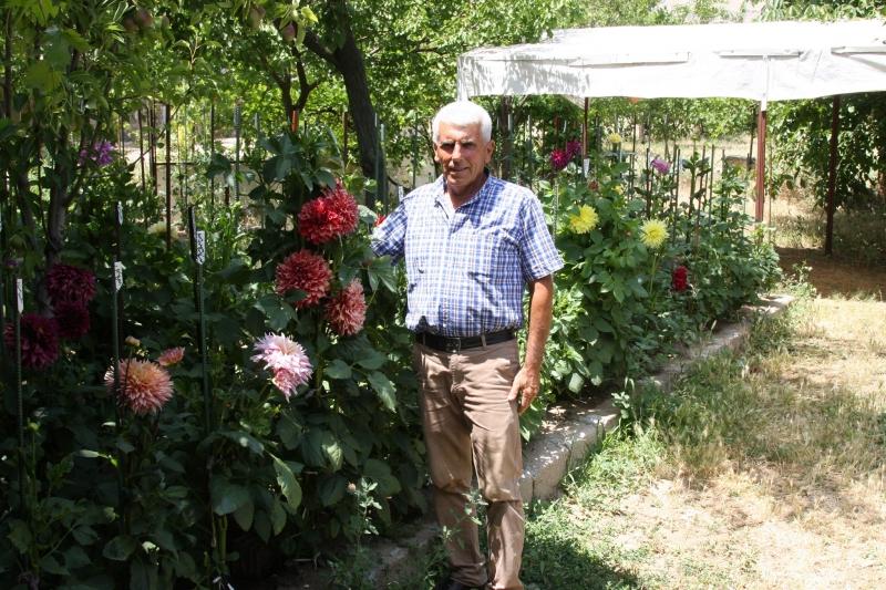 200 çeşit çiçek yetiştiriyor