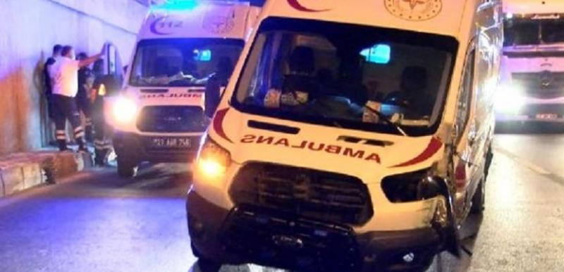 Ambulans otomobile çarptı: 3 yaralı