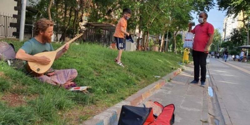 Amerikalı müzisyen bağlamasıyla Diyarbakır sokaklarında