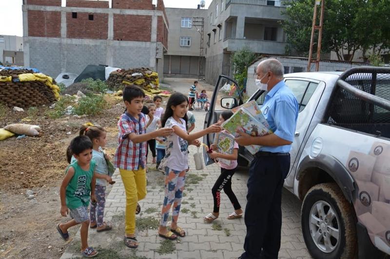 Belediye yarıyıl tatilindeki öğrencilere dergi dağıttı