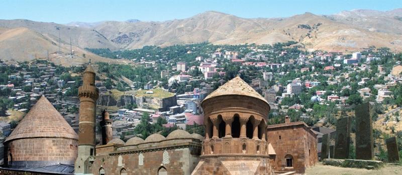 iki Belediye Kürtçe tabelaları indirdi, biri geri adım attı