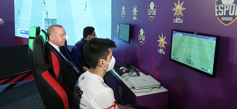 Cumhurbaşkanımız Erdoğan, Gençlik Kollarımızca düzenlenen e-Spor turnuvasının final maçını izledi