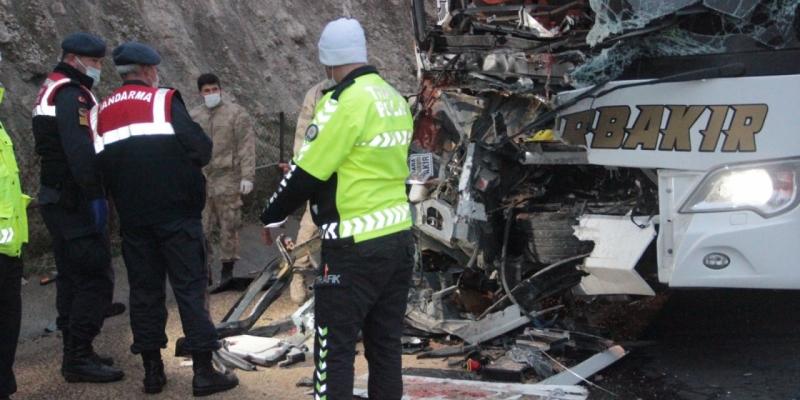 Diyarbakır yolcu otobüsü kaza yaptı: 3 ölü, 30 yaralı