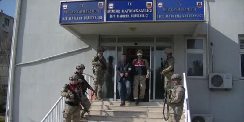 Diyarbakır'da bir muhtara tutuklama