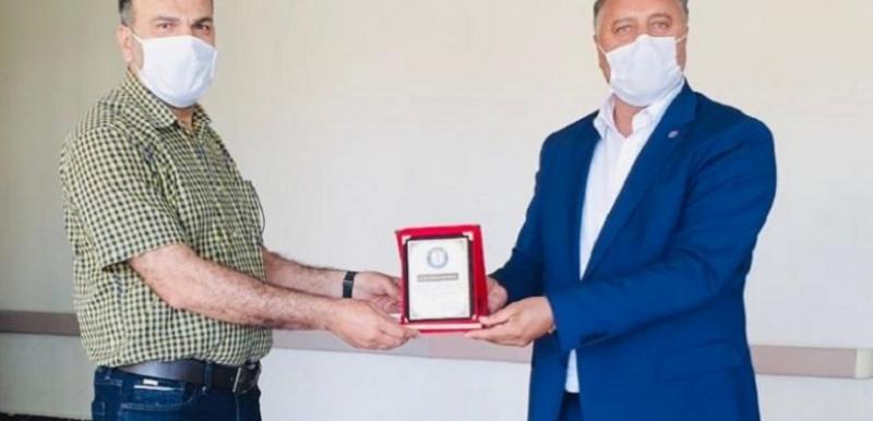 Ensarioğu'ndan Dr. Baturay'a teşekkür plaketi