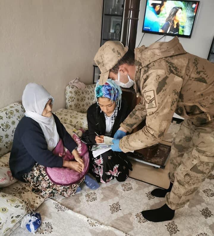 Ergani 'de sosyal yardımlar hak sahiplerine evlerinde teslim ediliyor