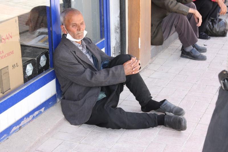Ergani'de 65 yaş ve üstü vatandaşlar yeniden sokağa çıktı