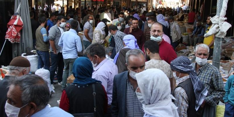 Ergani'de bulunan pazarda 'iğne atsan yere düşmez'