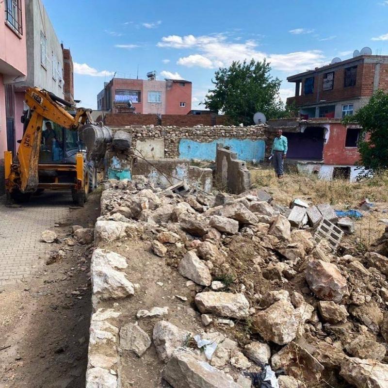 Ergani'de metruk binalar yıkılıyor