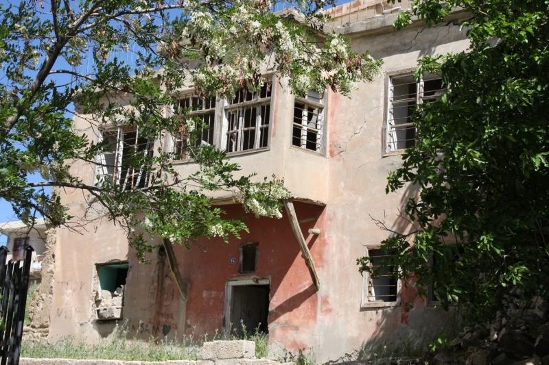 Ergani'de metruk evler tehlike saçıyor
