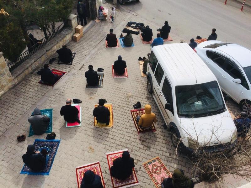 Ergani'de sosyal mesafeli cuma namazı