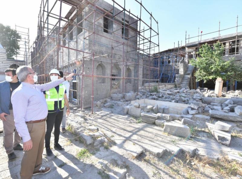 Karaloğlu, Sur ilçesinde devam eden restorasyon çalışmalarını inceledi