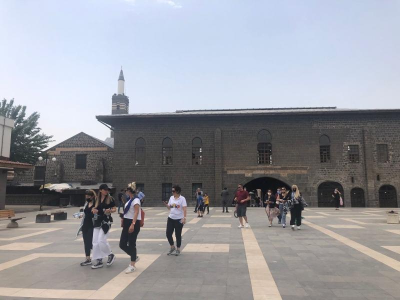 Kısıtlamada muaf olan turistler Diyarbakır'da tarihi mekanları gezdi