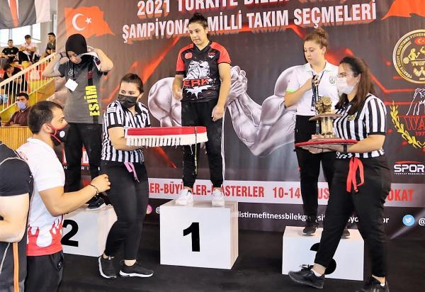 Mevsimlik işçi Gülistan, bilek güreşinde Türkiye şampiyonu oldu