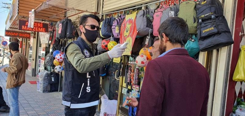 Polis sokakta ateş ölçüyor, maske dağıtıyor