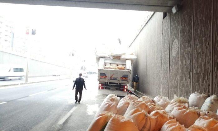 Saman yüklü kamyon, alt geçitte takıldı