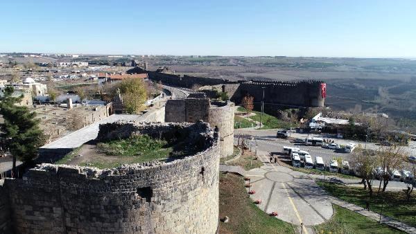Tarihi Diyarbakır Surları'ndan taş hırsızlığı