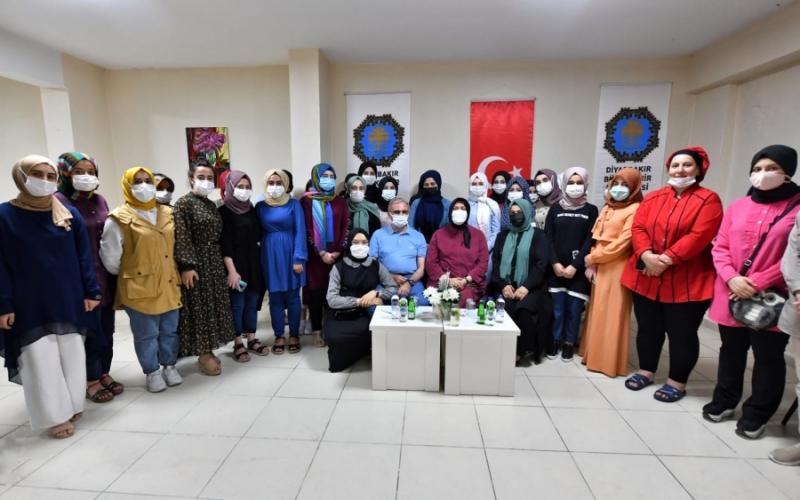 Vali Karaloğlu'ndan Kız Yurdu öğrencilerine moral ziyareti