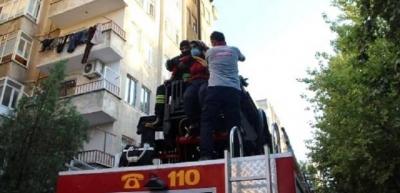 4'üncü kattaki yangında mahsur kalan 6 kişi kurtarıldı