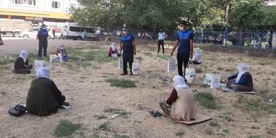 Diyarbakır'da sosyal mesafeye uyan kadınlara hediye