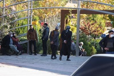 Ergani'de 65 yaş ve üzerindeki vatandaşlar dışarı çıktı