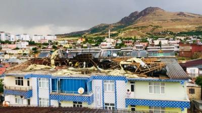 Ergani'de Fırtına Apartmanın Çatısını Uçurdu