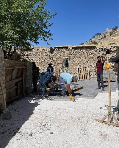 Ergani'de kırsal mahalle yolları parke taşı ile döşeniyor