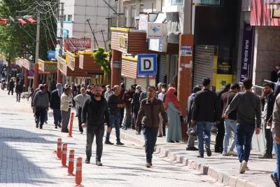 Ergani'de sosyal mesafe kuralına uyulmuyor