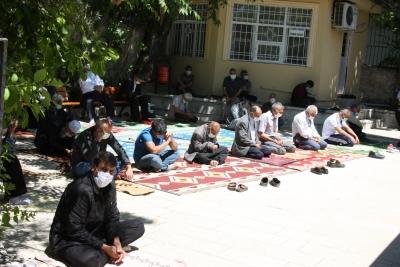 Ergani'de tam kapanmada vatandaşlar cuma namazı kıldı