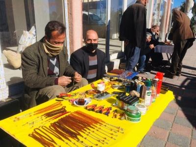 Ergani'de Tesbih satarak geçimini sağlıyor