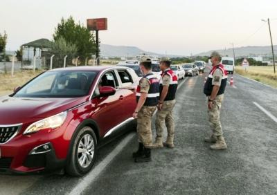 Jandarma ekipleri, kontrol noktalarında bayram şekeri dağıttılar