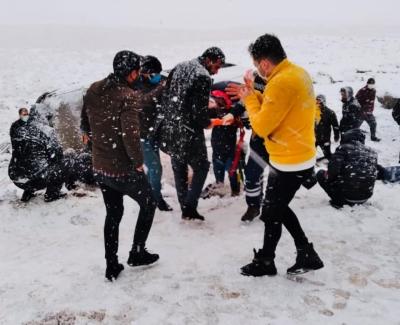 Karlı yolda yolcu minibüsü devrildi: 8 yaralı
