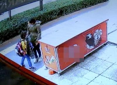 Maskesiz genç kız, yolda yürüyen maskeli öğrenciyi durdurup yüzüne tükürdü