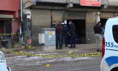Sokakta tartışan gençlere araç içinden silahlı saldırı