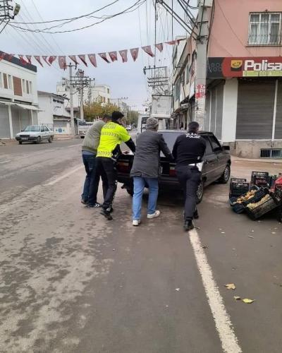 Yolda kalan aracı trafik polisleri itti